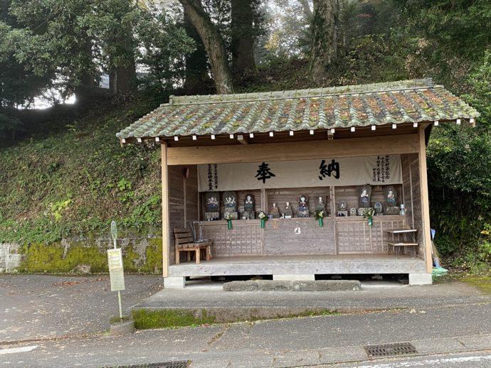 バス停と駅舎