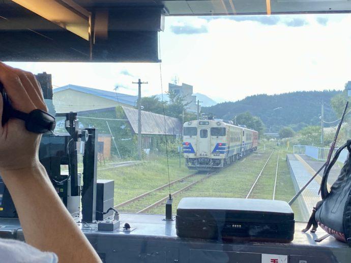 すれ違う普通電車