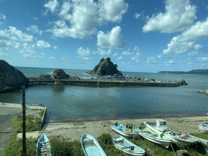 リゾートしらかみから見える海とボート
