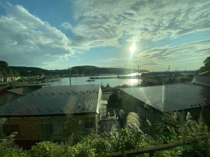 リゾートしらかみの窓から見える港町