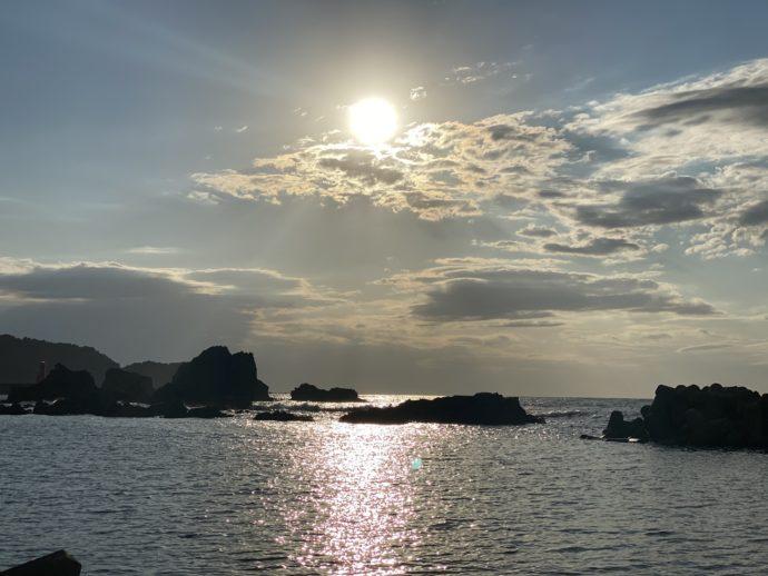 深浦駅の海岸に落ちる夕陽