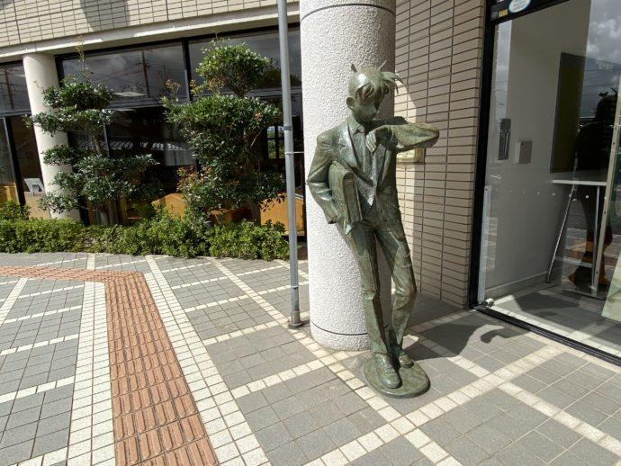 図書館前の新一ブロンズ像