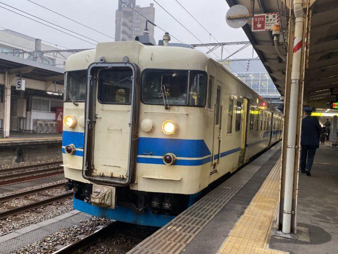 高岡駅に到着した車両