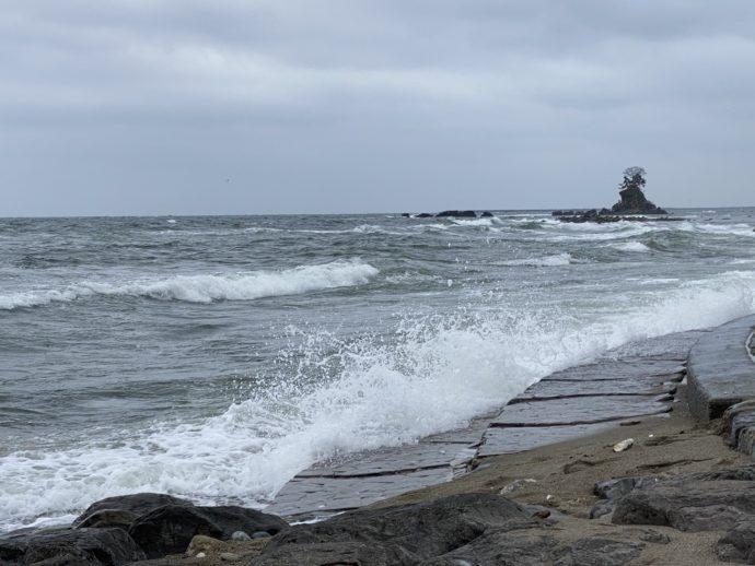 荒れている雨晴海岸