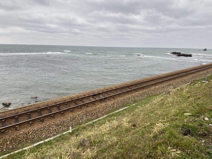 JR氷見線の線路と海