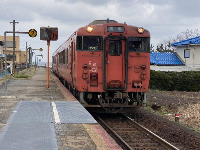 JR越中国分駅に入線した鉄道