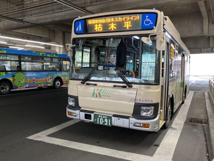 枯木平行のバス