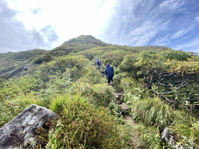 岩木山の九合目を目指す登山者