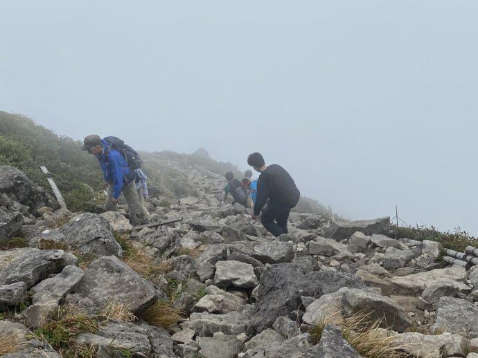 岩木山の頂上から岩場を下山