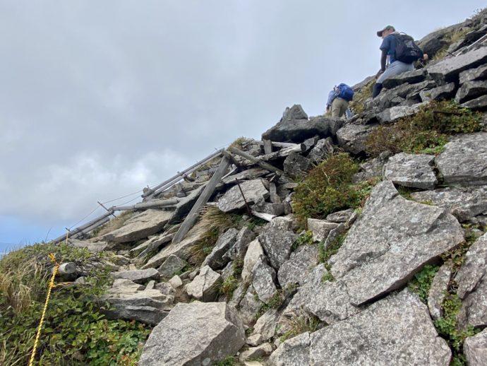 岩木山の頂上付近のガレ場
