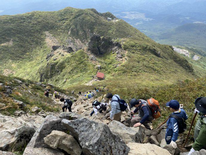 岩木山の頂上から下山する登山客