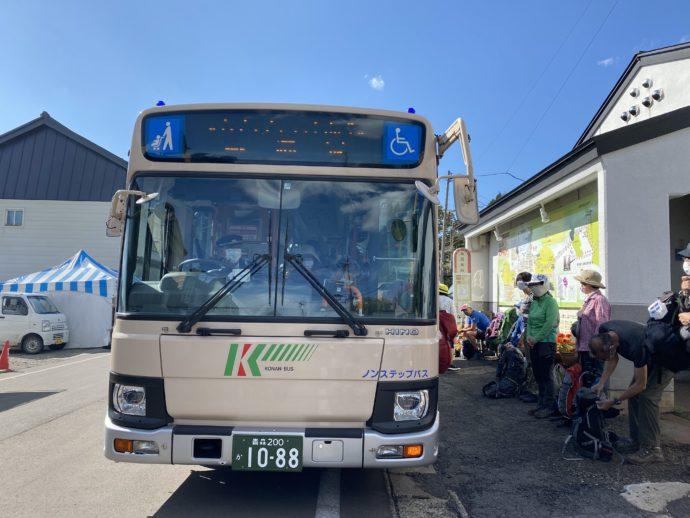 嶽温泉バス停とバス