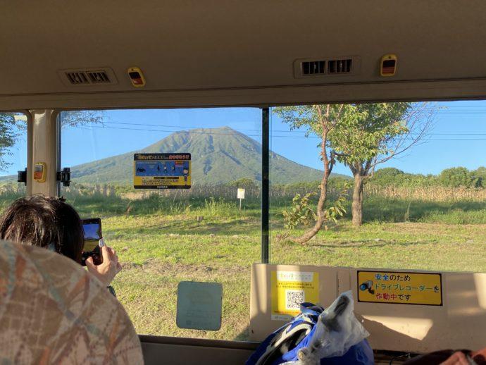 車窓からの岩木山