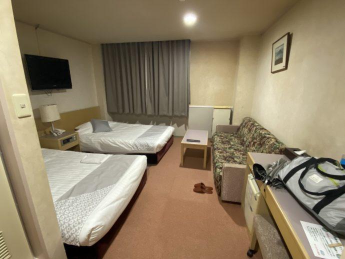 古びたホテルの部屋