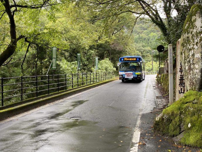 三佛寺のバス