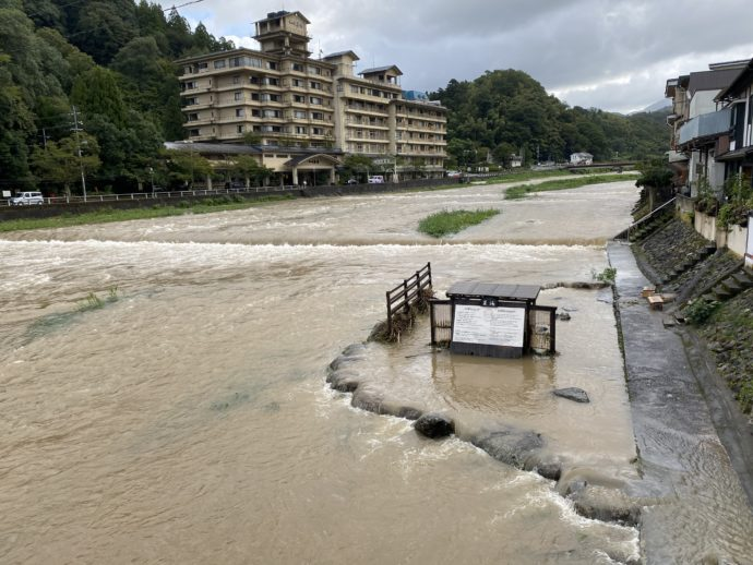 氾濫する三朝川
