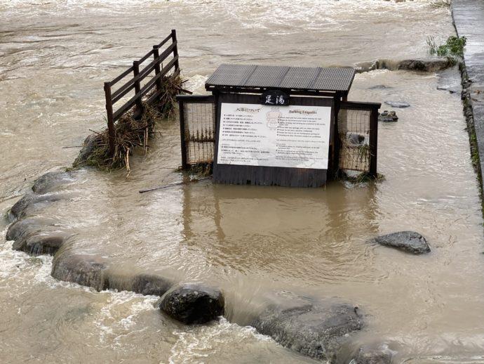 溢れ出す河原風呂