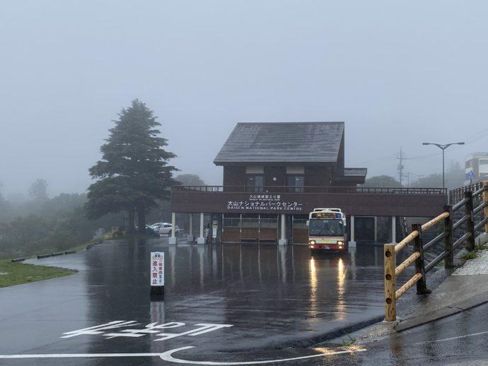 大雨の大山寺バス停