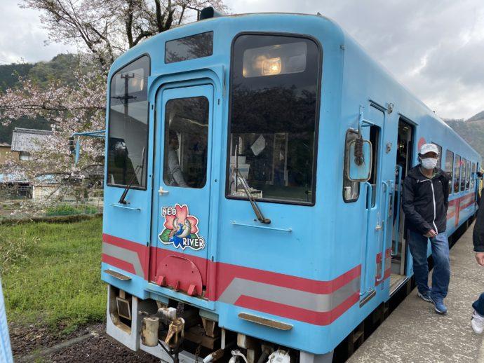 谷汲口駅に到着した電車