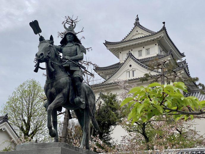大垣城と戸田氏鉄公騎馬像