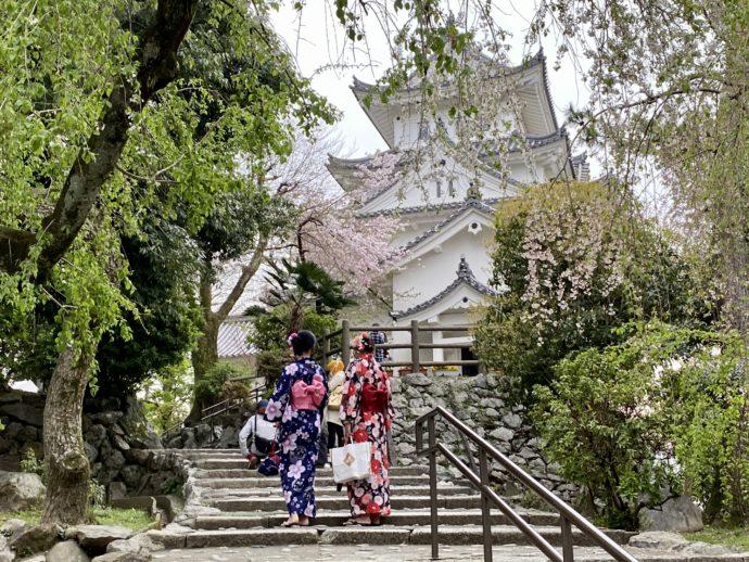 大垣城と浴衣女性