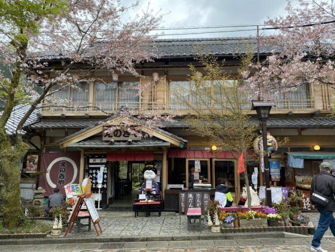 華厳寺への参道の茶店