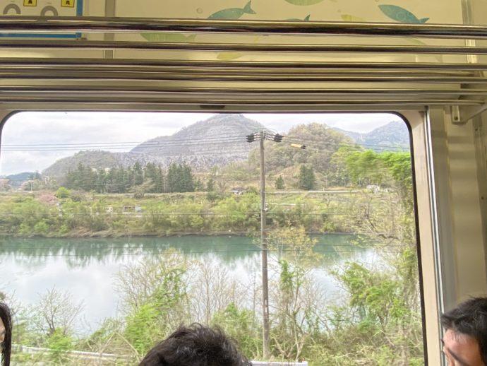 車窓から眺める根尾川