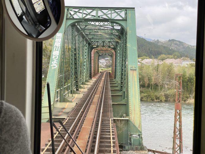 橋を渡る樽見鉄道
