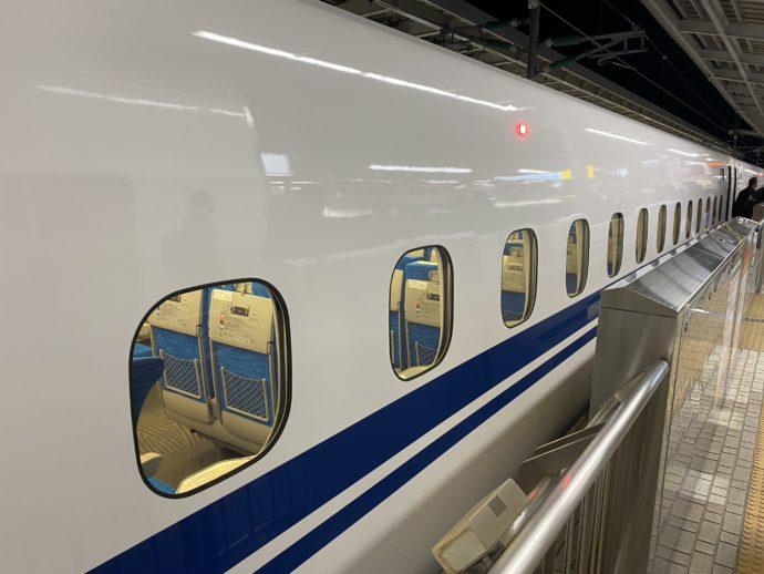 新大阪駅に到着したひかり