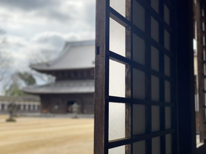 瑞龍寺の回廊から見えるお堂