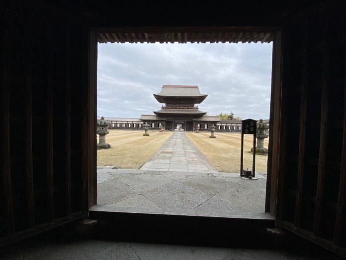 仏殿から見た山門