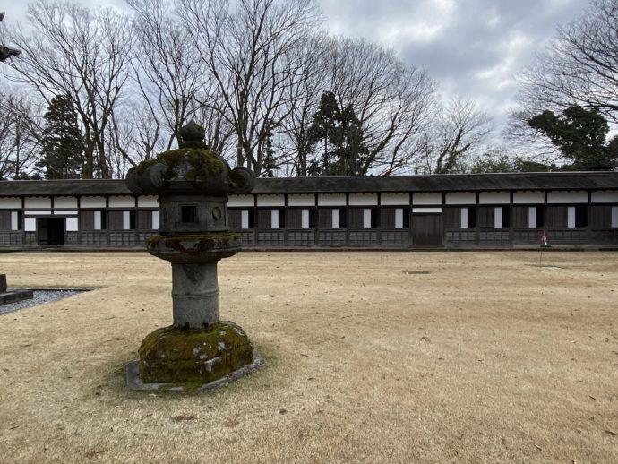 瑞龍寺の回廊と石灯籠