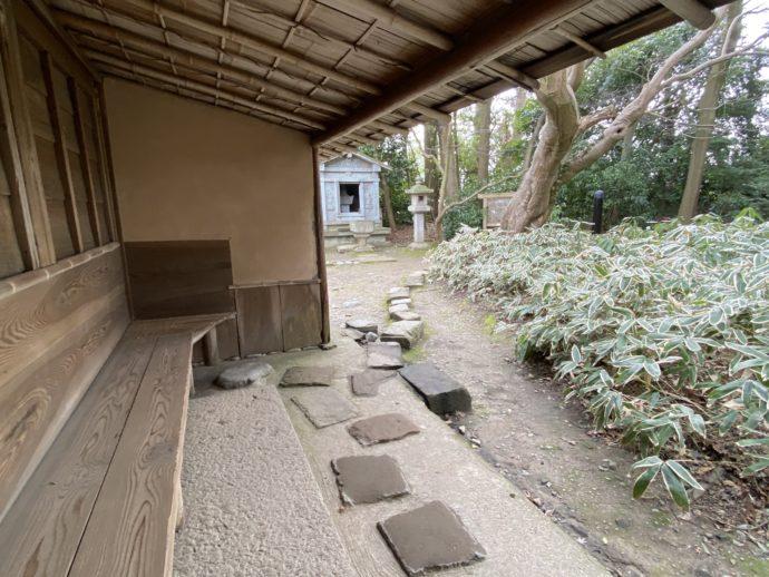 石廟への道