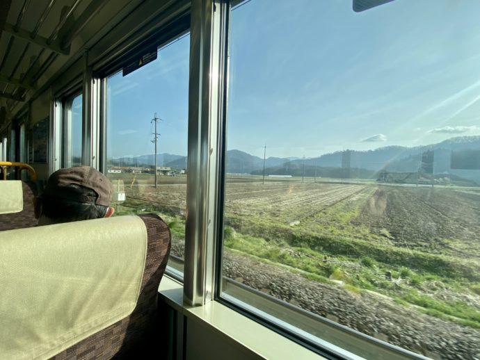 車窓の田舎の風景