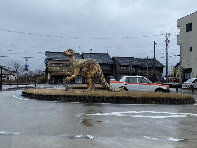 勝山駅前の恐竜モニュメント