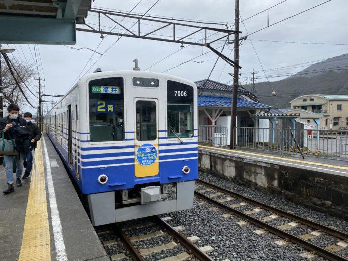 山王駅ホームと電車