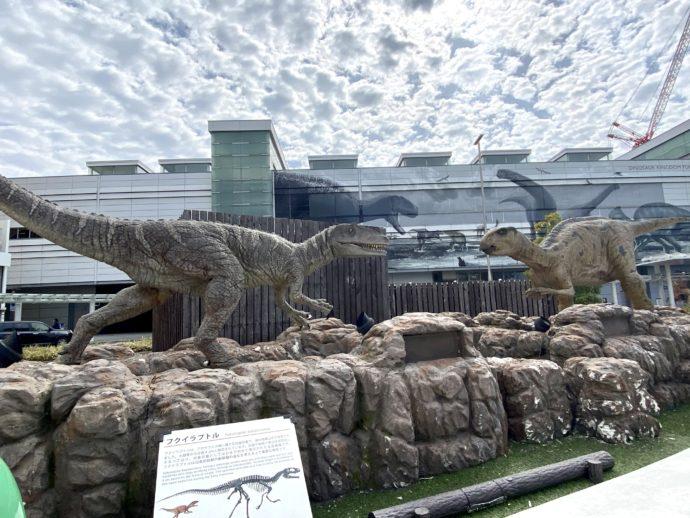 JR福井駅前の恐竜のオブジェ