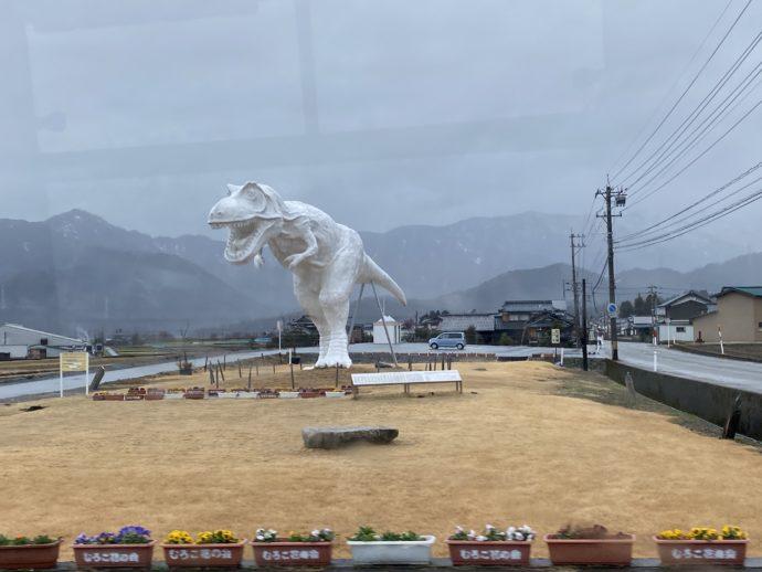 バスから見える白い恐竜