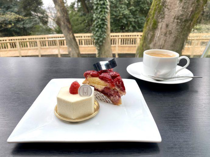 ミュゼ・ド・アッシュkanazawaのカウンター席とケーキ