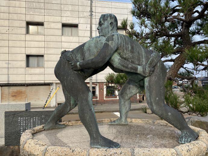 羽咋駅の相撲銅像