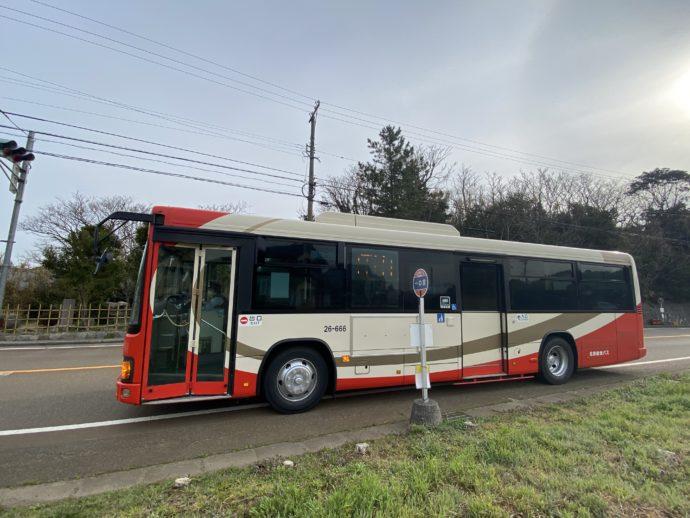 一の宮バス停に到着したバス