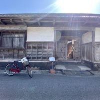 長屋門と自転車