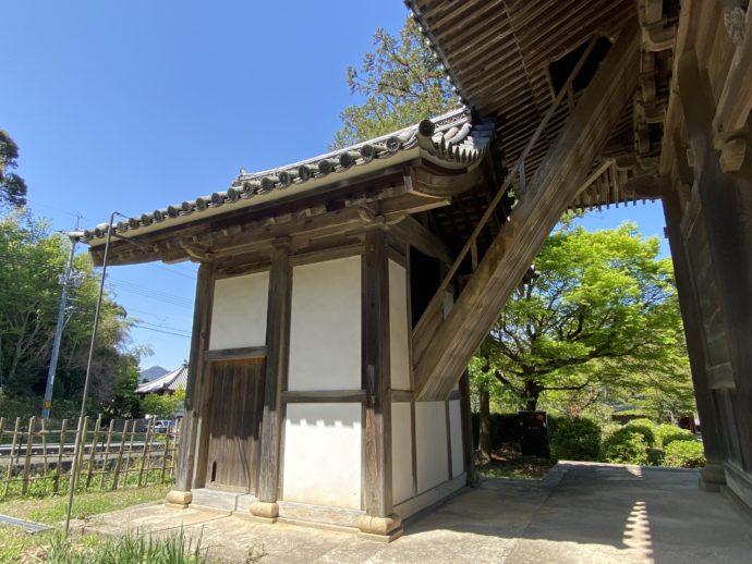 東光寺の上層への階段