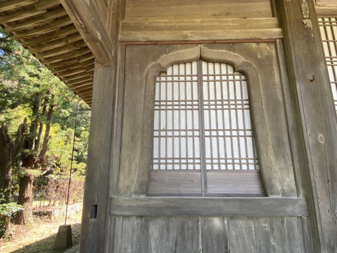 東光寺大雄宝殿の花頭窓