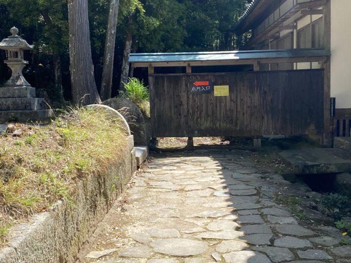 墓所への道