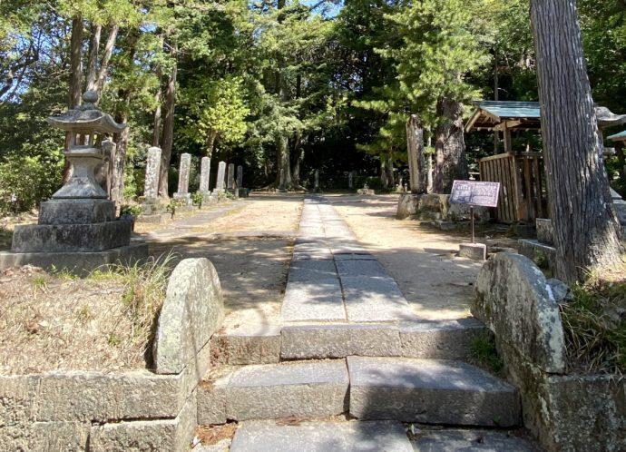 墓所入り口
