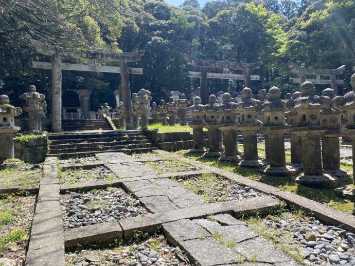 東光寺毛利家墓所の石灯籠と鳥居