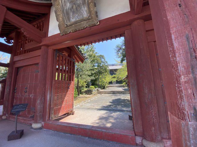 東光寺総門の朱色の入り口