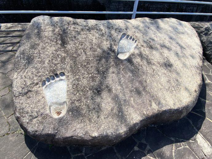 阿弥陀寺仁王像の足形