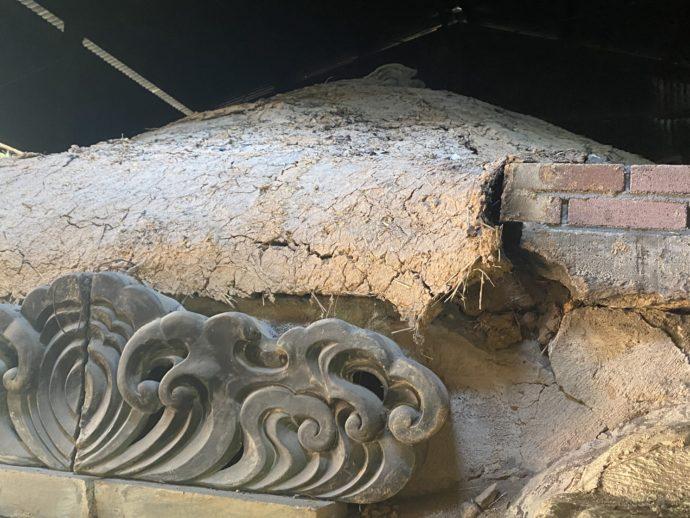 石風呂と崩れかけの瓦